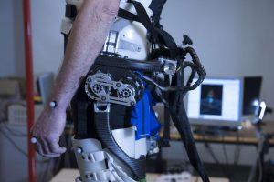 Il primo robot indossabile con il senso dell'equilibrio